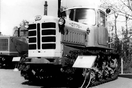 Traktory a stroje